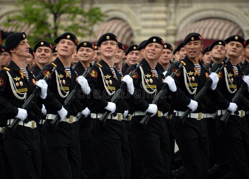 Fuzileiros navais da brigada de Kirkenes da infantaria marinha das forças litorais da frota do norte durante o ensaio da parada fotografia de stock