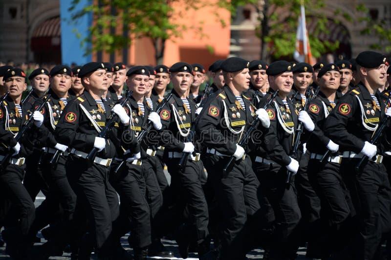 Fuzileiros navais da brigada vermelha da bandeira de Kirkenes da frota do norte durante a parada no quadrado vermelho em honra de foto de stock royalty free