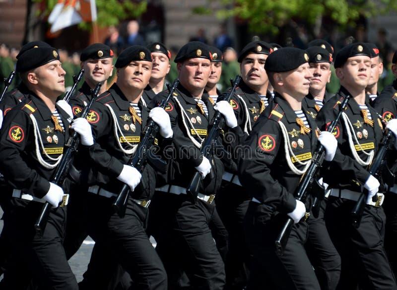 Fuzileiros navais da brigada vermelha da bandeira de Kirkenes da frota do norte durante a parada no quadrado vermelho em honra de imagem de stock royalty free