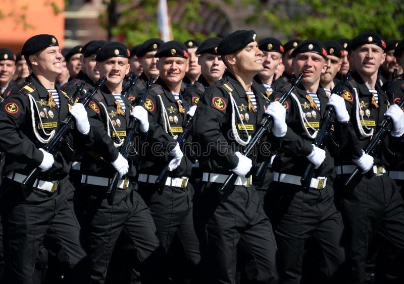 Fuzileiros navais da brigada vermelha da bandeira de Kirkenes da frota do norte durante a parada no quadrado vermelho em honra de fotos de stock royalty free