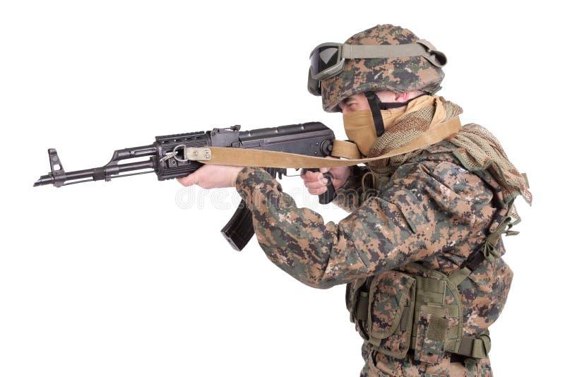 FUZILEIROS NAVAIS dos E.U. com espingarda de assalto do Kalashnikov fotografia de stock
