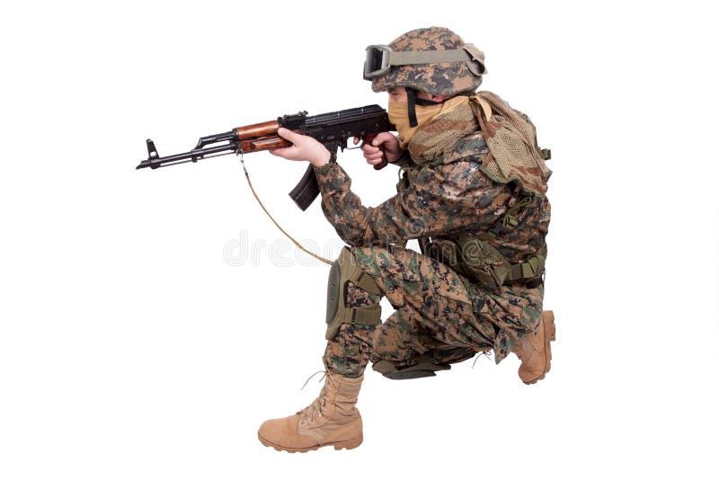 FUZILEIROS NAVAIS dos E.U. com espingarda de assalto do Kalashnikov fotos de stock