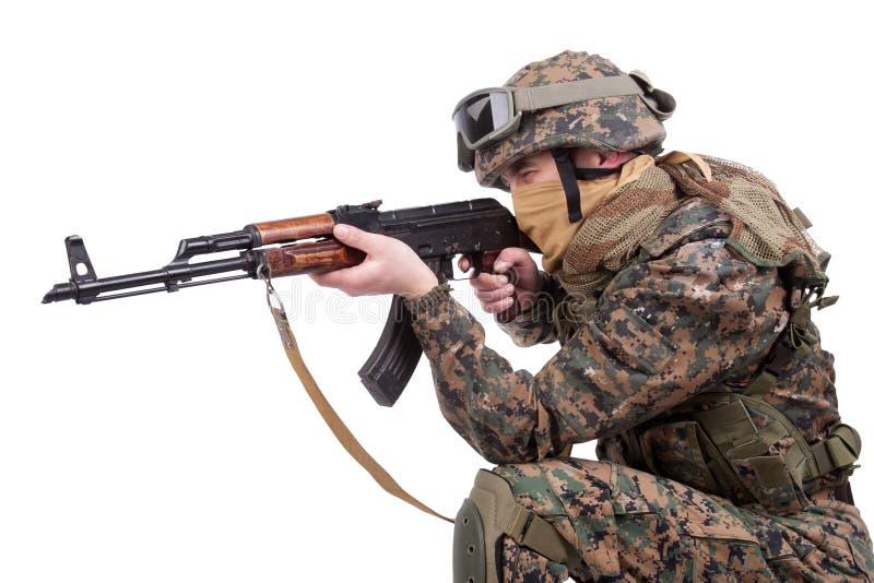 FUZILEIROS NAVAIS dos E.U. com espingarda de assalto do Kalashnikov imagens de stock royalty free