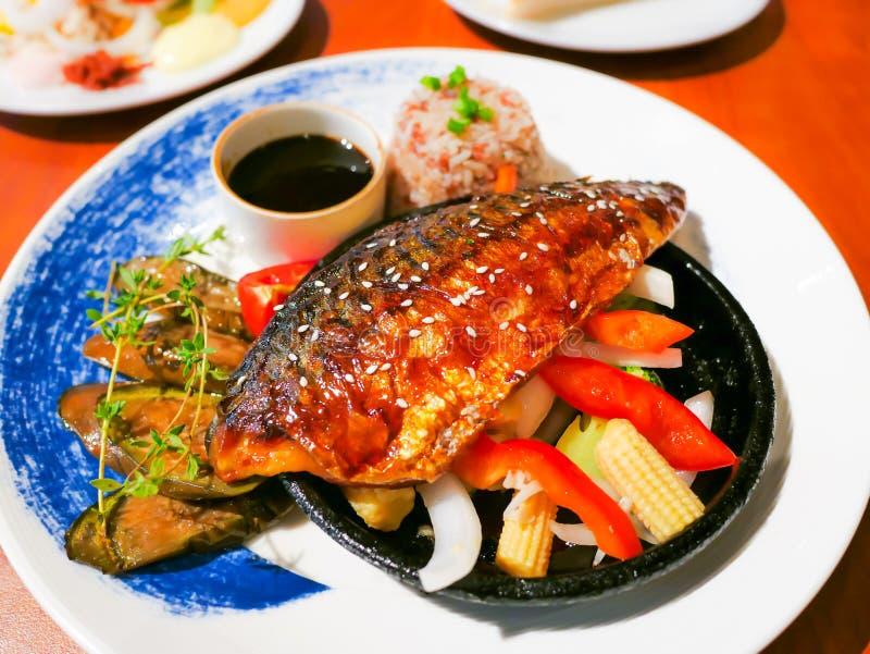 Fuzji makreli rybiego stku soj japoński kumberland, Piec na grillu ryba z białą sezamowego ziarna polewą i warzywa bocznego naczy zdjęcia stock