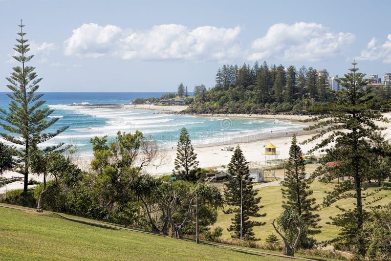 FView de plage et de cordelette de Coolangatta bascule de la surveillance de point de Kirra, la Gold Coast images libres de droits