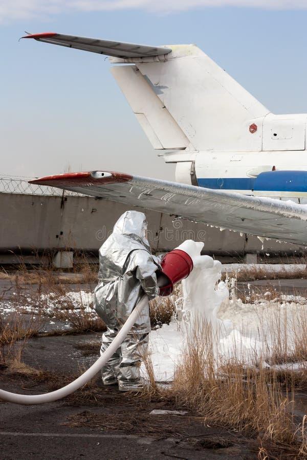 Fyll flygplanet med brand-stridighet skum efter nödlandning royaltyfri bild