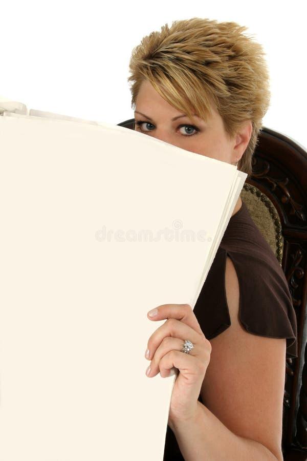 fyll på tidningstextkvinnan royaltyfria bilder