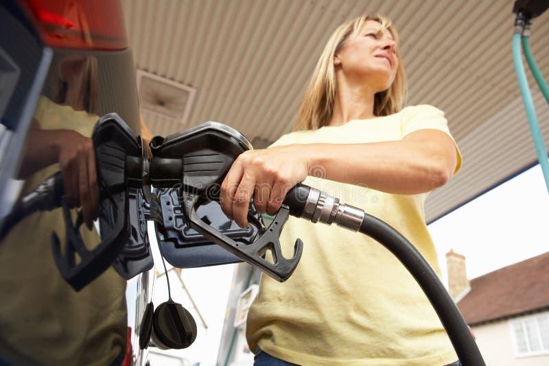 Fyllande bil för kvinnligbilist med Petrol på Petrol fotografering för bildbyråer