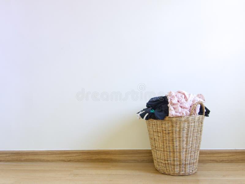 Fylld tvättkorg royaltyfri foto
