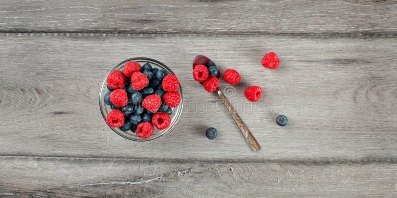 Fyllde den bästa sikten för tabellen på den lilla glass bunken med blandningen av blueberrie royaltyfri foto
