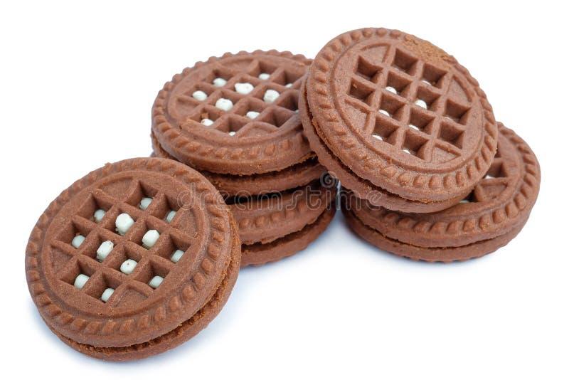 Fyllde mjölkaktig kräm för brun choklad isolerade kakor fotografering för bildbyråer
