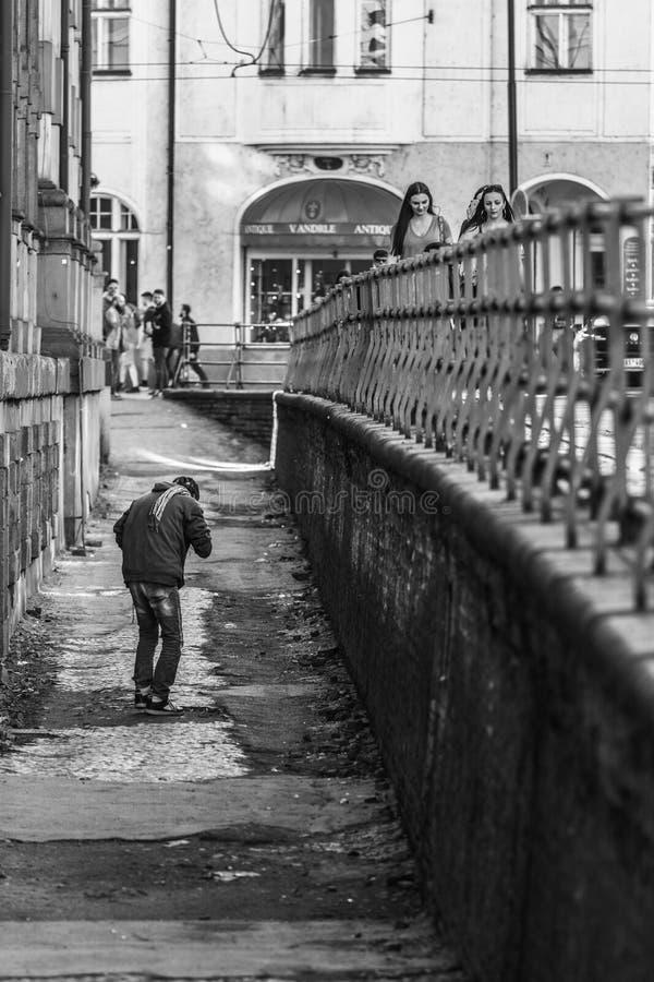 Fylleristgrabb som går till och med gator av Prague royaltyfri fotografi