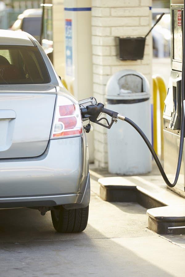 Fyllnads- bil på bensinstationen royaltyfri bild