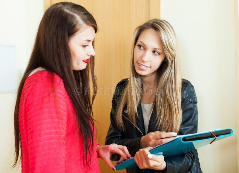 Fyllnads- frågeformulär för kvinna för ung anställd arkivfoton