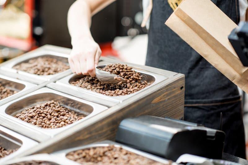 Fyllnads- pappers- påse med kaffebönor fotografering för bildbyråer