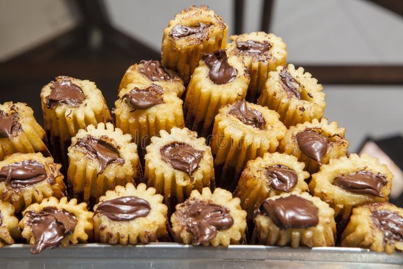 Fyllnads- spanska churros för vaniljsås som är klara att tjänas som på den ganska stallen arkivfoton