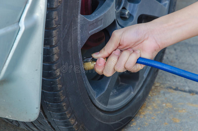 Fyllning luftar in i en bil tröttar arkivfoton