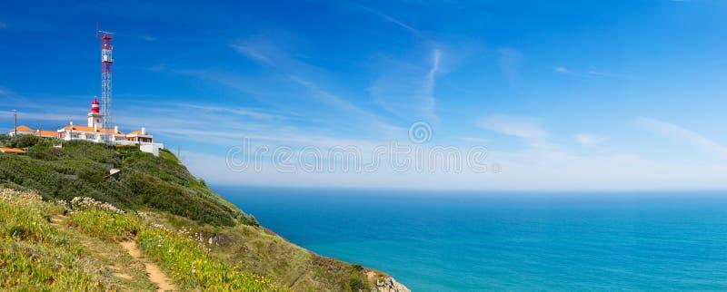 Fyr över Atlantic Ocean på Cabo da Roca, Portugal royaltyfria foton