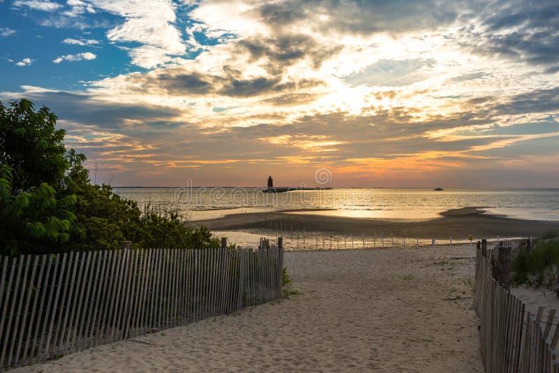 Fyr för östligt slut för Delaware vågbrytare på solnedgången royaltyfri bild