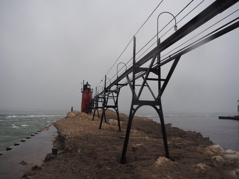 Fyr Lake Michigan som frysas i vintern arkivfoto