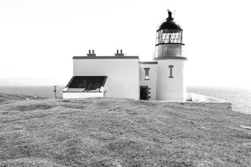 Fyr med havet i svartvitt fotografering för bildbyråer