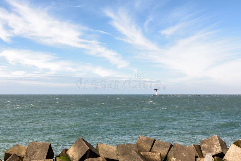 Fyr- och betongvågsäkerhetsbrytare på Nordsjön nära Rott arkivfoton
