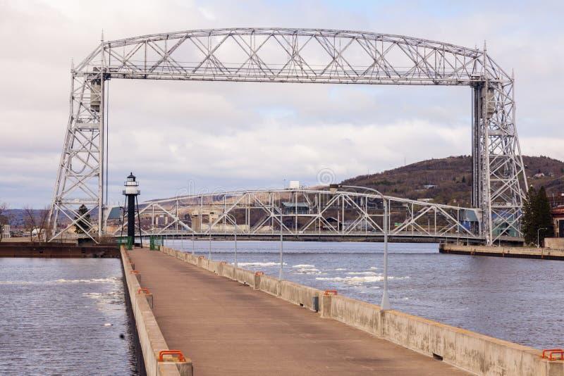Fyr och bro i Duluth royaltyfri fotografi