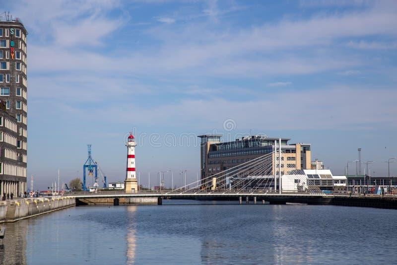 Fyr och universitetbro i den Malmo hamnen royaltyfri bild