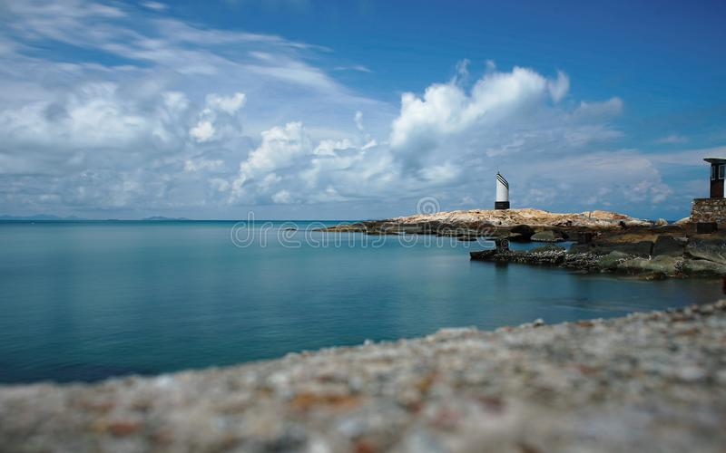 Fyr på det lugna havet arkivbilder