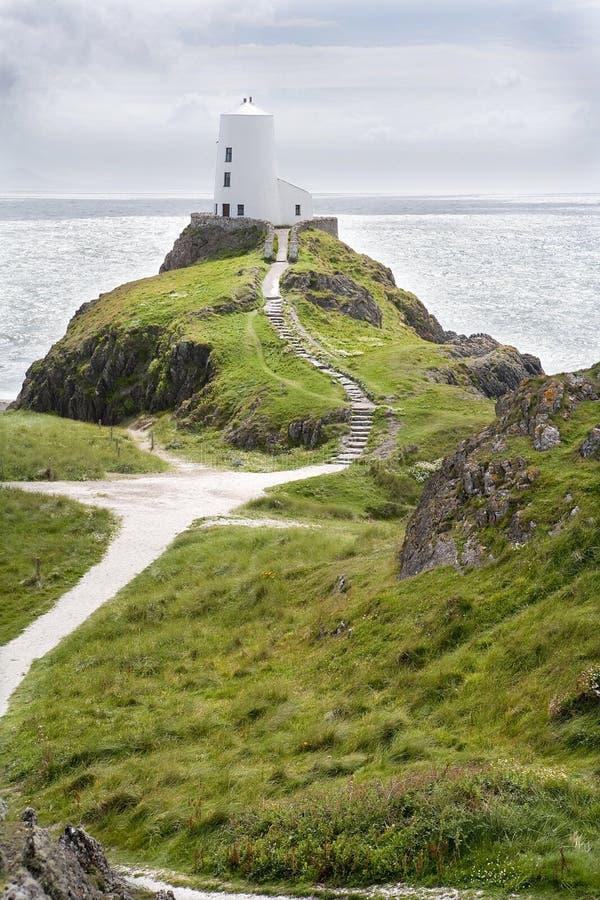 Fyr på kullen som förbiser det irländska havet. royaltyfri bild