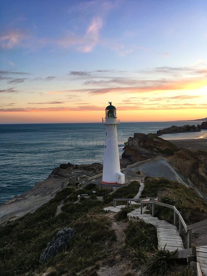 Fyr på solnedgången, Nya Zeeland royaltyfri bild