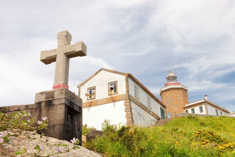 Fyr på udde Fisterra, galicia, Spanien royaltyfria bilder