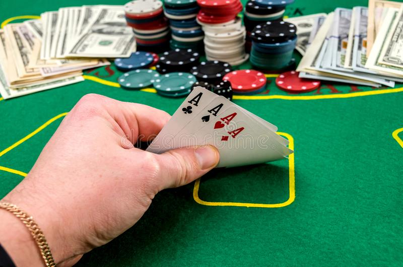 Fyra överdängare i handen för poker för spelare` s arkivbilder