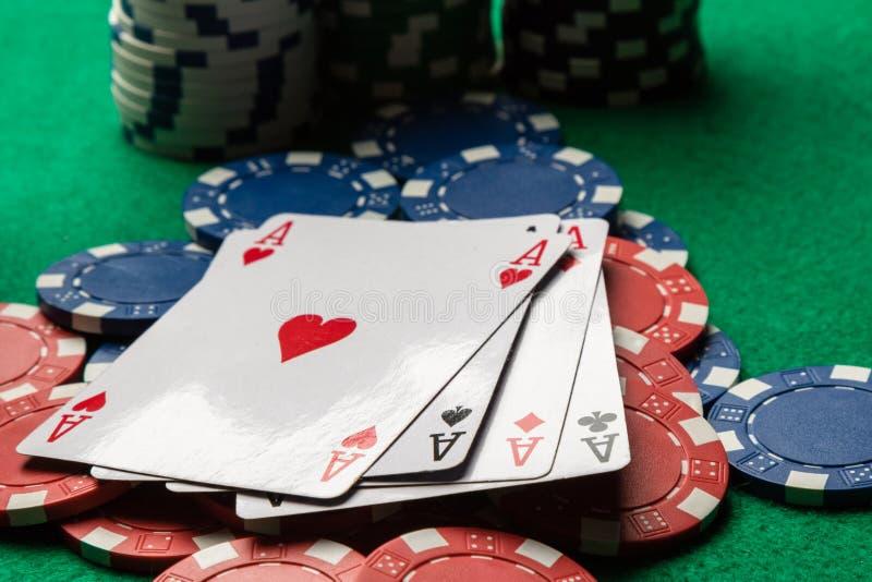 Fyra överdängare på pokerchiper royaltyfria bilder