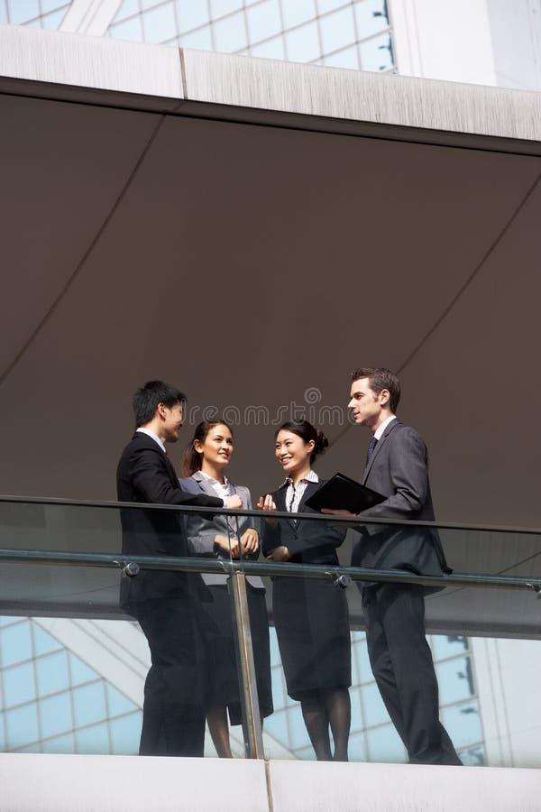 Fyra affärskollegor som har diskussion arkivfoto