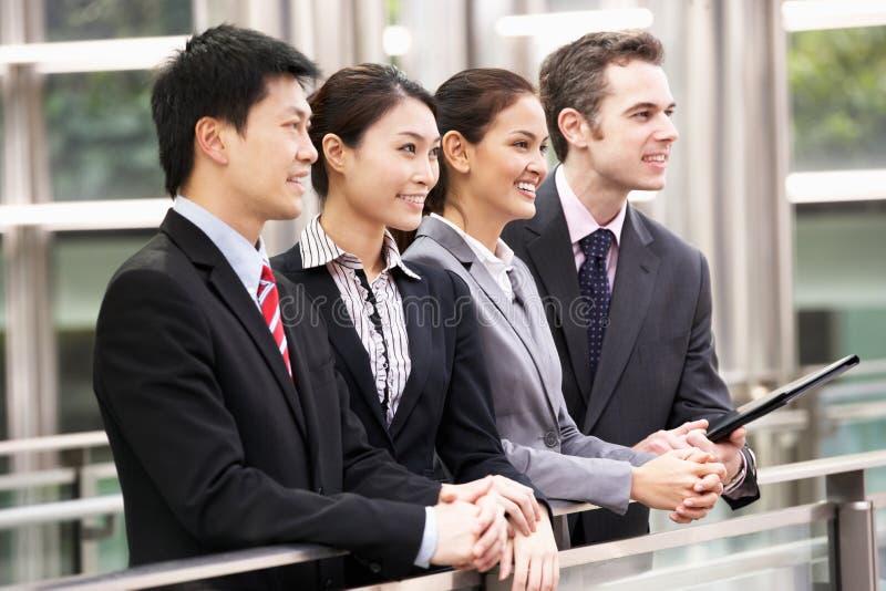 Fyra affärskollegor utanför kontor royaltyfri foto