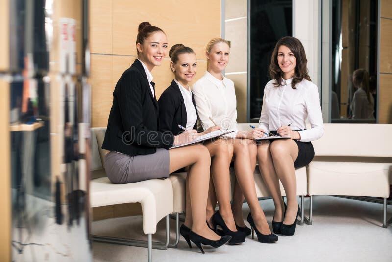 Fyra affärskvinnor arkivbild