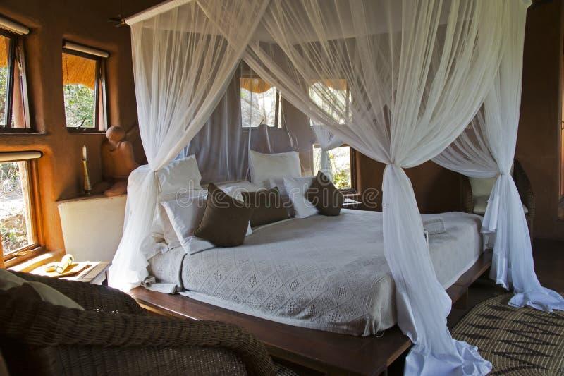 Fyra-affisch säng i en afrikansk loge royaltyfria bilder