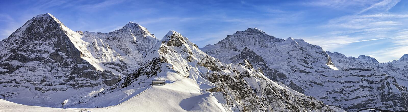 Fyra alpina maxima och skidåkning tillgriper i schweiziska fjällängar royaltyfri foto