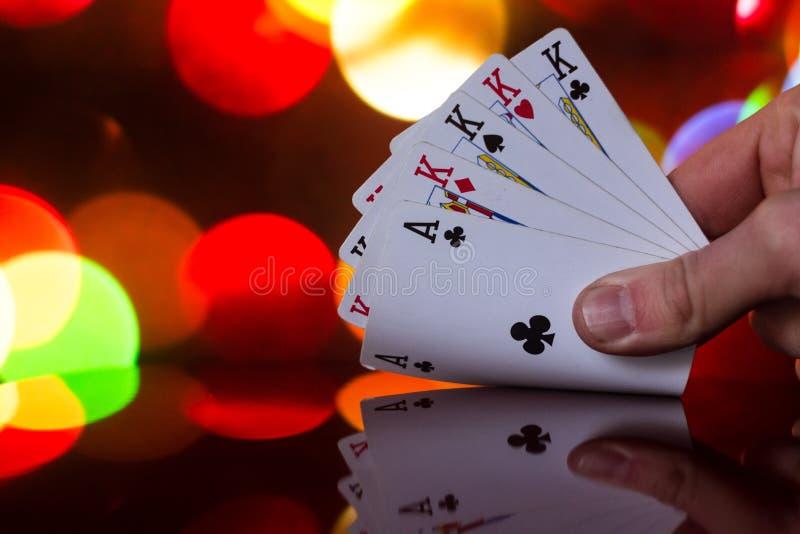 Fyra av en kombination för sortpokerkort på det suddiga kortspelet för förmögenhet för bakgrundskasinolycka arkivfoton