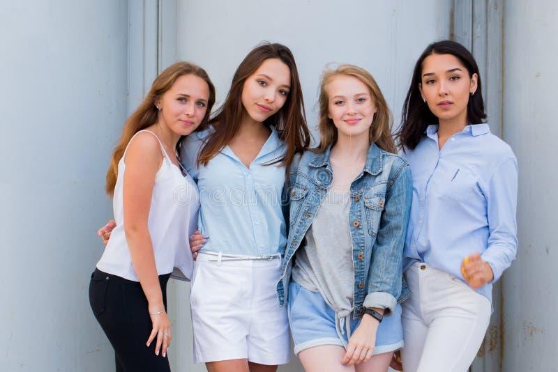Fyra bästa flickvänner som tillsammans ser kameran folk livsstil, kamratskap, kall royaltyfria bilder