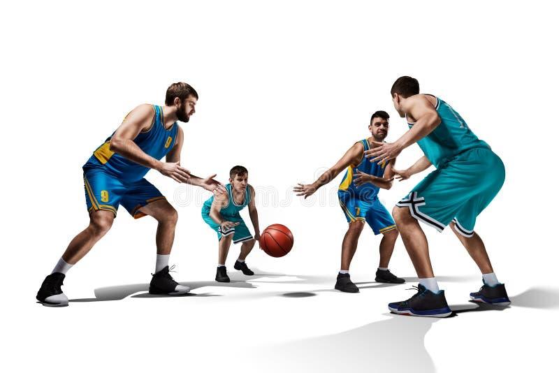 Fyra basketspelare i leken som isoleras på vit arkivfoto