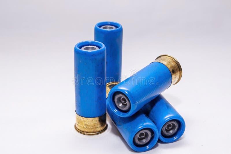 Fyra blå, upphöjda 12-gauge hagelgevär royaltyfri fotografi