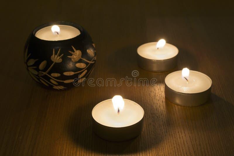 Fyra brännande stearinljus royaltyfri foto