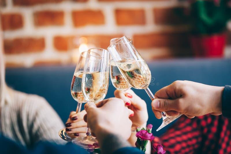 Fyra exponeringsglas av champagne i ett rostat bröd fotografering för bildbyråer