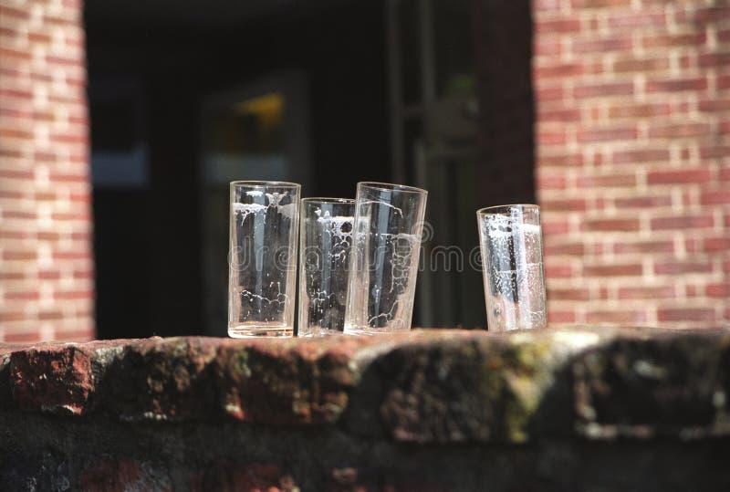 Fyra exponeringsglas, efter öl dracks från dem utanför royaltyfria bilder