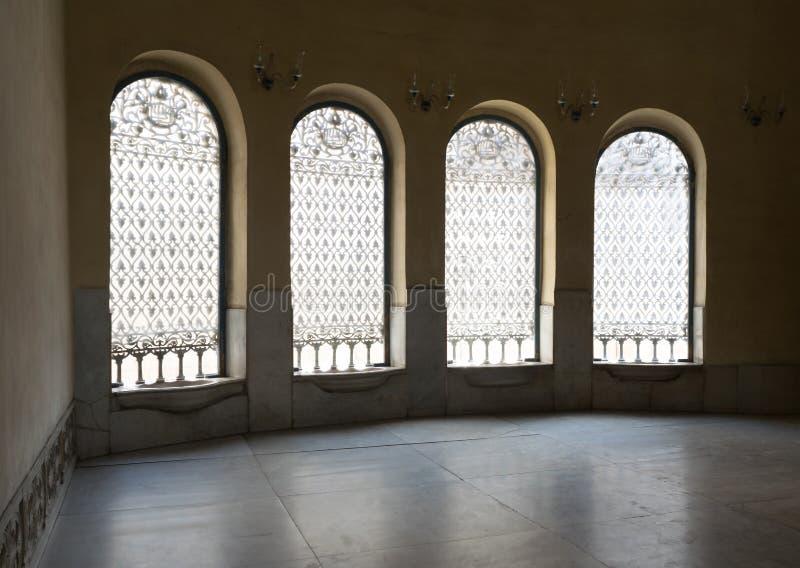 Fyra fönster med järn dekorerade rastret, den historiska moskén, Kairo, E arkivfoto