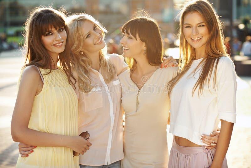 Fyra fantastiska flickor under sommareftermiddag royaltyfria foton