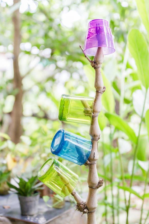 Fyra fasta plast- hängningar på bambuskott royaltyfria foton