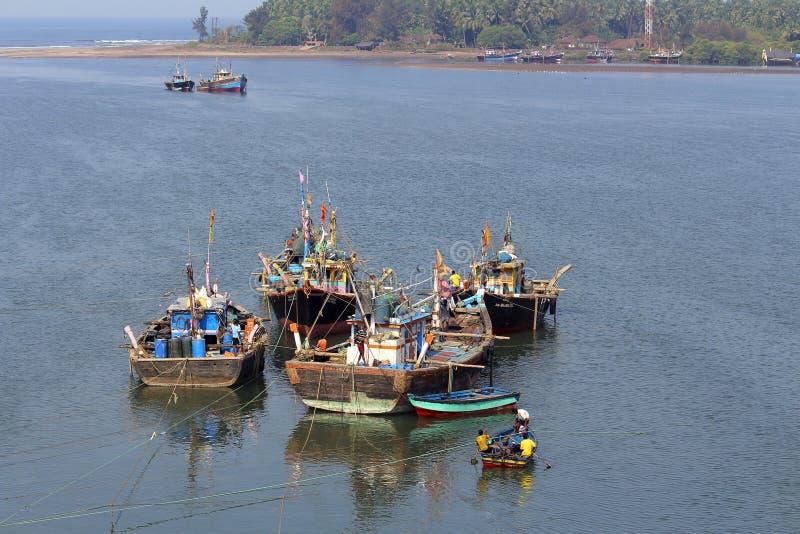 Fyra fiskebåtar med havet i en bakgrund, Anjarle, Kokan arkivbild